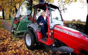 Åke Eriksson kör hundratals lass med uppsamlaren. -- Gravarna ska skötas och träden kan vi inte gärna kapa. Då återstår att ta reda på löven, säger han.