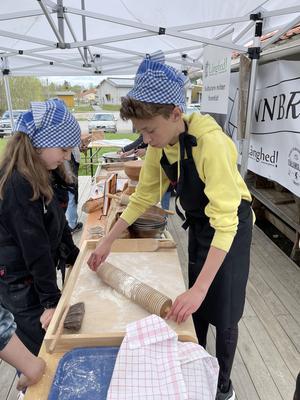 Fullt fokus måste till när en tunnbrödskaka ska kavlas. Här hanteras en randkavel som driver ut degen fint i samspel med bagaren.  Foto: Margareta Englund