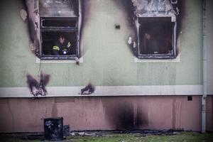 Brandförloppet var hastigt och strax slog lågor ut genom fönstret i lägenheten där branden startade.