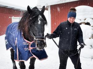 Hanna Edvinsson med sin favorithäst Järvsöfaks, som hon skött om i tio år.