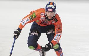 Jesper Larsson hade lite flyt med studs och styrning när han satte Bollnäs sjätte mål från ingen vinkel alls på kortsidan.
