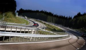 Att biltrafiken på Norrtäljevägen har ökat kraftigt under de senaste decennierna vet alla som dagligen kör denna väg. Att bygga ut den nuvarande 2+1-vägen mellan trafikplats Rosenkälla norr om Ullnasjön och Roslagsstoppet-Söderhall minskar naturligtvis olycksriskerna längs denna sträcka, skriver Ulf Redtzer. Foto: Hasse Holmberg, TT.