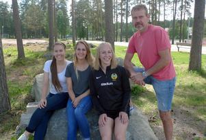 Megan Howard, Stephanie Budrock och Karlee Pedersen är Korsnäs nordamerikanska trio. Här tillsammans med tränaren Mats Källberg.