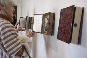 Hanna Johansson har varit på resande fot och visargatumusiker från världens alla hörn. En del av bilderna presenteras i gamla bokpärmarsom öppnas upp.