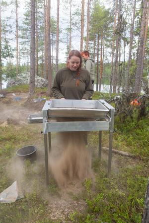 Ronja Bågling var med när fynden gjordes under midsommarhelgen.  Här håller på med att vaska jord från gravplatsen.