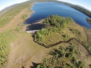 Foto: Sweco. Vid utloppet av sjön Moen finns en gammal damm ned stenkista och träpartier som kommer att rivas ur om Jämtkraft får klartecken av domstolen.