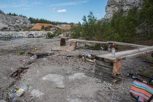 Grillplatsen är ett av de värst nedskräpade platserna runt kalkbrottet.