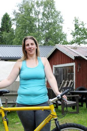 Tillsamman med sin kompis ska Astrid Wallberg cykla för kvinnojouren i Vilhelmina.