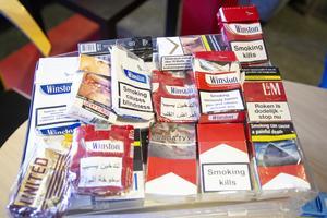 Utanför Kulturhuset i Bollnäs har Frasse Eriksson hittat en mängd cigarettpaket med varningstexter på diverse olika språk. Många saknar skattemärkning, vilket han ser som ett tecken på att det säljs illegala cigaretter i staden.