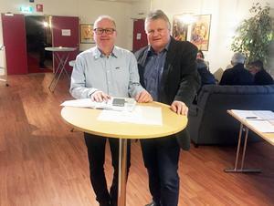 Per Roslund och Bengt-Arne Persson höll i trådarna under lördagens travbio.