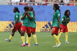 Frustrerade Kamerunspelare i åttondelsfinalen mot England. Foto: Michel Spingler / TT