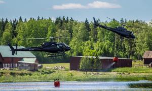 Fyra helikoptrar vattenbombade bränderna i Sala i början av juni. Även en av försvarsmaktens helikoptrar bistod i släckningsarbetet. Foto: Niklas Hagman