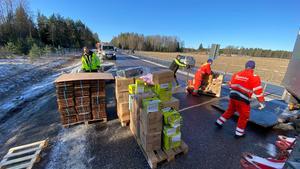 Stopp på E18 mellan Örebro och Västerås – lastbil fick sladd och färg och Nutella spreds ut