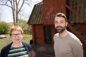 Museiintendenterna Emilia Ekeblad och André Enkler utanför Hjertqvistska huset som kommer att bli en del av scenografin i Roslagen brinner.