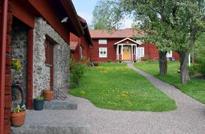 Makarna Domfors vackra och pietetsfullt renoverade gård i Utigålan minner om den gårdsbebyggelse som fanns i nuvarande Djurås när orten var en by – Skogen – med tre gårdsklungor.