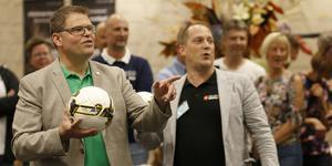 Anders Wigelsbo (C), kommunstyrelsens ordförande i Sala, och Per Larsson (SBä), kultur- och fritidsnämndens ordförande, kastade varsin straff när den nya sporthallen skulle invigas.