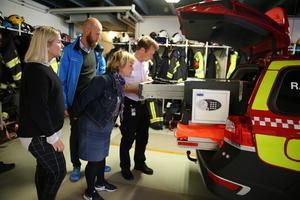 Räddningschef JohanSzymanski visade utrustningen i en av Mora bandkårs bilar. Beatrice Ask, Carl-Oskar Bohlin och kommunalråd Malin Höglund (M) diskuterade också erfarenheterna brandkåren har efter sommarens stora brand i Trängslet.