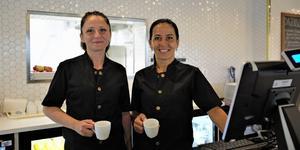 Elisabeth och Hala har jobbat i restaurangen sedan starten i början av juni. Här tar de en kopp kaffe innan de första gästerna börjar släntra in i restaurangen.