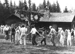 På Hållavallen i Älvros dansade byborna så det stor härliga till under midsommarfirandet 1979.