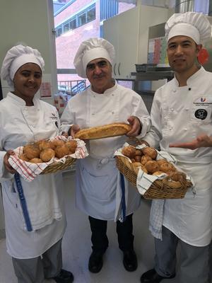 Dagens tema var att baka. En vit grunddeg kan formas och göras till mycket fina bröd.