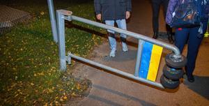 Cykelbanan vid Björnstigen fanns en trasig bom, på andra sidan borde en likadan finnas, men den saknades. Det konstaterades att det vore bra att ha dem för att hindra mopeder och bilar att köra på gång-och cykelbanan.