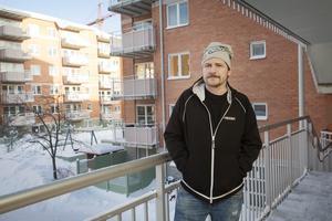 Jonte Eriksson fick trots allt komma in i sin lägenhet på onsdagen, eftersom familjens barn befann sig där ensamma.