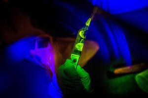 Med gula glasögon och blålila ljus framträder fingeravtrycken på kniven.