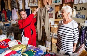 Får det lov att vara ett par långkalsonger? Elisabeth Johansson och Gertrud Johansson kan erbjuda det mesta när det gäller underkläder modell äldre.
