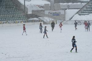 Snöandet höll i sig under hela den första halvleken.