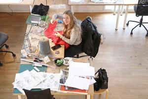 På plats i ateljén. Josephine Samuelsson Wahl ska tillverka en jultröja.