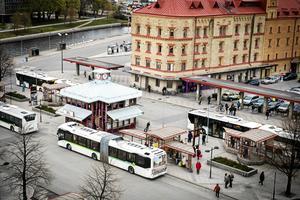 Hannah berättar att det bildades en klunga för att hoppa på skolbussen på Navet: