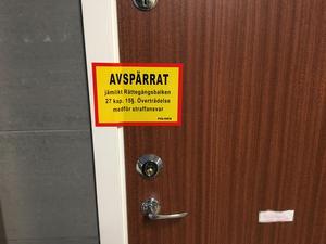 Under den första tiden spärrades lägenheten av för undersökning.