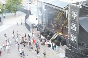 Vid 20.30 på lördagen var det Eagle Eye Cherry som spelade på torget. Då var det ganska glest i publiken framför scenen.