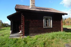 Exekutiv auktion: Timrad bagarstuga om ca 15 kvadratmeter (taxerad boarea ca 125 kvadratmeter) belägen i Oxberg cirka 25 kilometer norr om centrala Mora. Foto: Kronofogden.