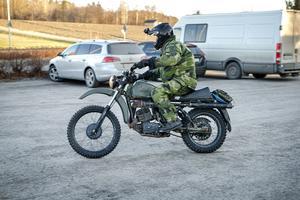 Med hjälp av motorcyklar kunde hemvärnet söka av mindre vägar och stigar i närområdet.