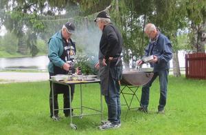 PRO:s mästerkockar Göran, Caj och Sten-Olov skötte grillningen. Foto: Catharina Ek