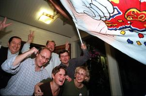 1998. Flaggan i topp på Vänsterpartiets valvaka på Hotell Laxen i Timrå. Bodil Mattsson, Ewa Grahn, samt Arne Dahlkvist, Eduardo Villanueva, Jan Jennehag, och Jörgen Fogde.