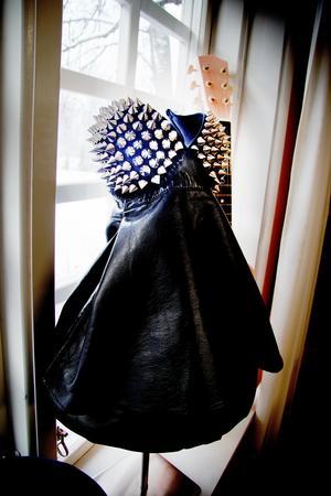 Till den här lilla lampan har Nina använt en bustier med nitar som hon köpt och sytt om.