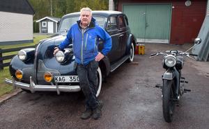 Per Nilsson med ett par av sina klenoder, en Buick Special från 1939 och en NSU Standard Max från 1954.