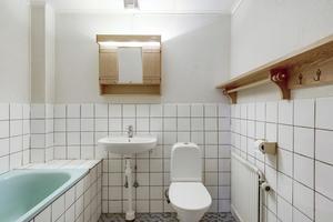 Badrummet med badkar har några år på nacken.Foto: Svensk Fastighetsförmedling.