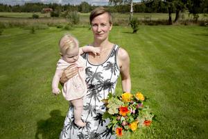 Jenny Bylund vinner årets sommarbildtävling. Här med dottern Elvira.