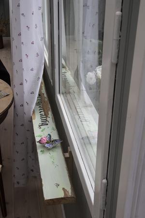 En fönsterbräda gjord av en planka en man skulle kasta bort på en återvinningscentral. Mona stoppade mannen och frågade om hon kunde få plankan. Nu sitter den i Monas kolonistuga.