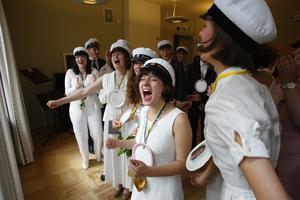 Sjungande studenter. I mitten Athanasia Kotronia.