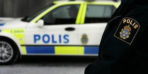 Polisen har varit på plats vid båda bostäderna.