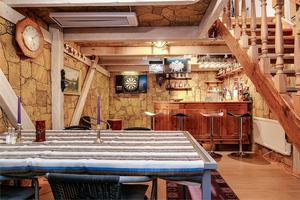 Till huset i Odensbacken hör en lada där det bland annat finns en bar. Foto: Tomas Arvidsson/Bostadsfotograferna
