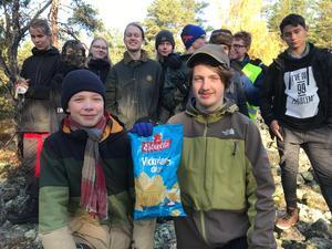 Vinnarna Henry Tidholm och Noah Thornton vann en påse chips efter en natt i skogen.