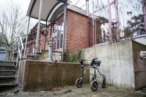 Rullatorn parkerar hon bredvid ingången till Hölöskolan.