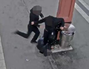 Här misshandlar 18-åringen och ännu en gärningsman en person på perrongen i Södertälje natten mot den 29 april, fyra månader efter att polisen beslagtog väskan med cannabisen i Ronna. Foto: Övervakningsbild
