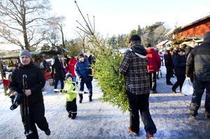 """POPULÄR. Julmarknaden vid Högbo bruk är ofta välbesökt. """"För två år sedan var det 10 000 besökare här och det komemr det nog i år också"""", säger Lena Fjällström som är kanslist på orienteringsklubben Hammaren som arrangerar julmarknaden."""