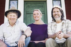 Leif Milling, Lena Andersson och Dan Valdemar Smedman på trappan till Smedmans galleri.